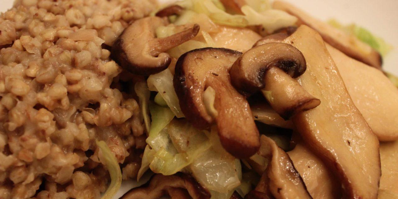 Buchweizen-Risotto mit gebratenen Pilzen und Spitzkohl