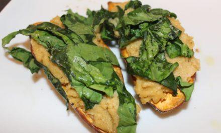 Süßkartoffel mit Hummus und Spinat gefüllt