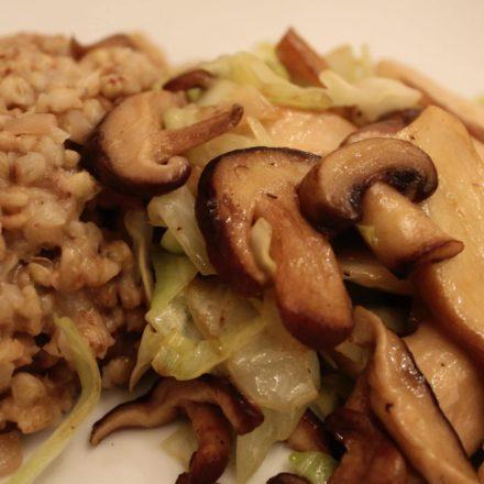 Buchweizenrisotto mit gebratenen Pilzen und Spitzkohl